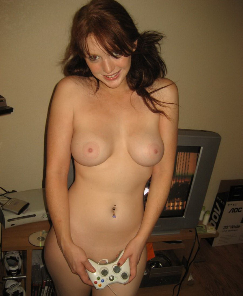 naked gamer chick